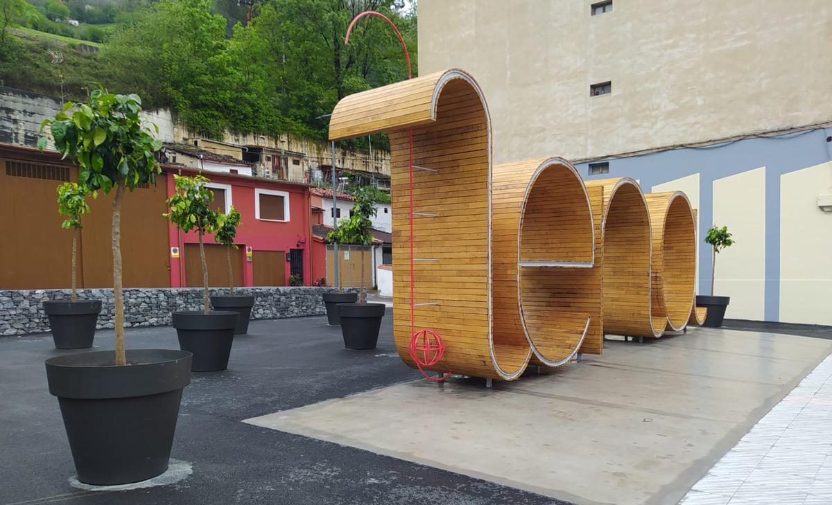 El ayuntamiento de Pola de Lena confía en el antiorines de Diecolpet para el mantenimiento de su nueva plaza